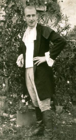 Armando Marizza nei panni di Cavalcafossi (ossia Cavaradossi) nella «Fosca», recita della Giac andata in scena il 20 agosto 1945