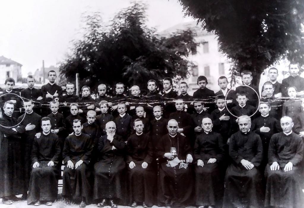 Don Giulio Gaio (cerchiato a sinistra) docente al Seminario di Feltre. Il giovane allievo (cerchiato a destra) è Albino Luciani